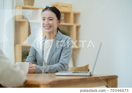 시니어 여성 상담 보험 終活 리폼 70346873