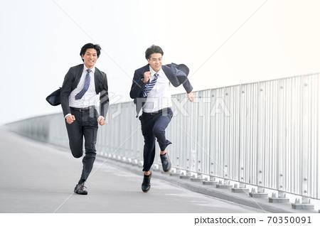 전력으로 달리는 2 명의 실업가 70350091