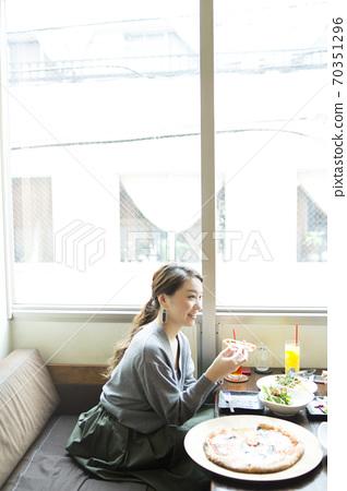 카페에서 식사하는 여성 70351296