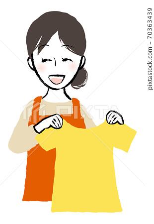 세탁물과 여성 70363439