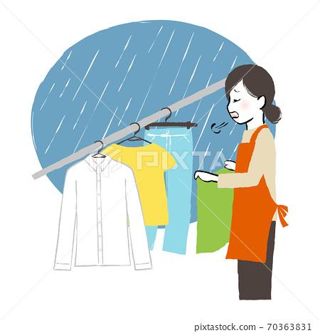 在室內乾燥的女人 70363831