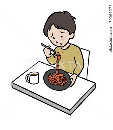 一個男人吃那不勒斯,弄髒衣服 70365378