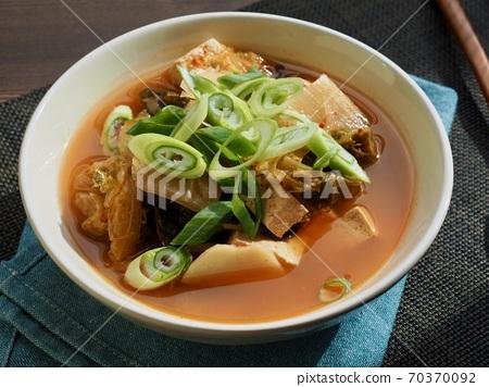 한국의 음식 김치 두부 감자국  70370092