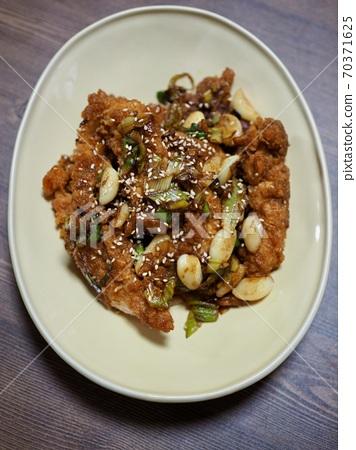 아시아 음식 마늘양념 후라이드 치킨  70371625