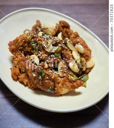 아시아 음식 마늘양념 후라이드 치킨  70371628
