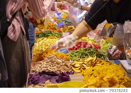 新年。台北,年度貨幣街,伊努伊,新年。台北市新年街,乾果蔬菜, 70378283