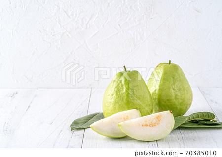 芭樂 番石榴 木頭 背景 鄉村 葉子 Guava white fruit leaf グアバ 果物 70385010