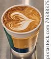 在紙杯裡溫暖的拿鐵咖啡 70388375