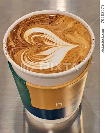종이 컵에 담긴 따뜻한 카페라떼 70388375