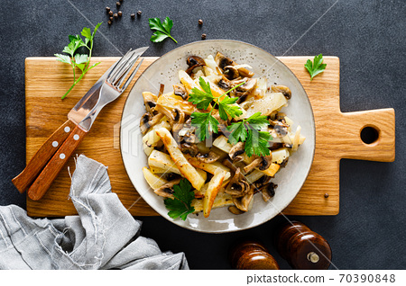 Potato fried with champignon mushrooms 70390848