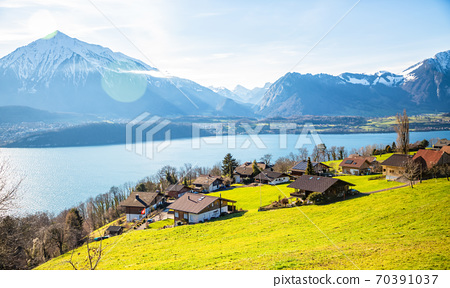 Natural scenery, trees, mountains, sky and clouds In the lake 70391037