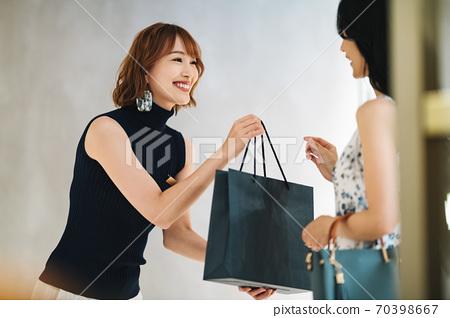 女店員移交產品 70398667