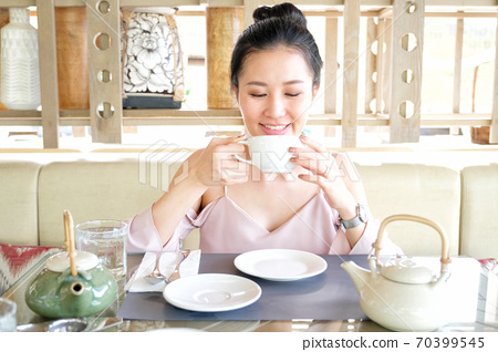 Young woman drinking tea in the morning 70399545