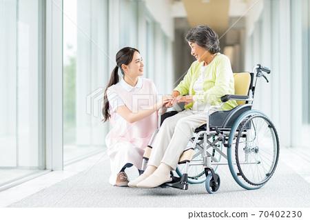 휠체어 노인과 개호 복지사 70402230