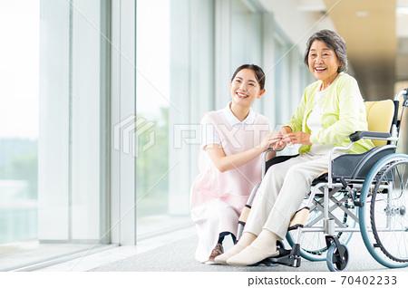 휠체어 노인과 개호 복지사 70402233