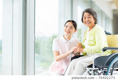 휠체어 노인과 개호 복지사 70402273
