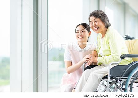 휠체어 노인과 개호 복지사 70402275
