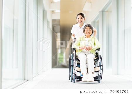 휠체어 노인과 개호 복지사 70402702