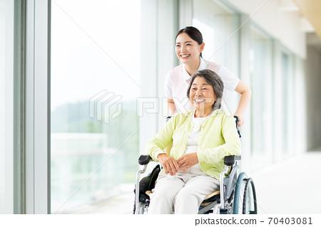 휠체어 노인과 개호 복지사 70403081