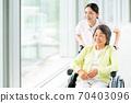 휠체어 노인과 개호 복지사 70403096