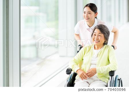 老年人輪椅和護理人員 70403096