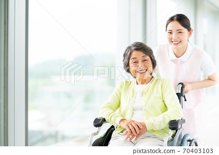 휠체어 노인과 개호 복지사 70403103