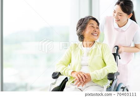 휠체어 노인과 개호 복지사 70403111