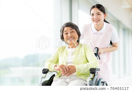 휠체어 노인과 개호 복지사 70403117
