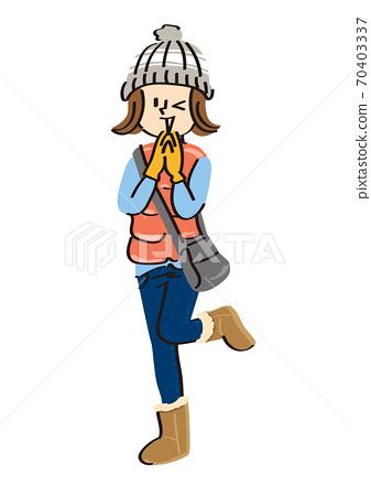 一個年輕的女人,穿著休閒的冬天的衣服,看起來很高興 70403337