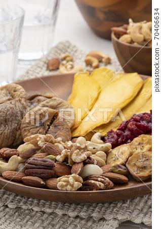 혼합 견과류와 말린 과일 모듬 70406634