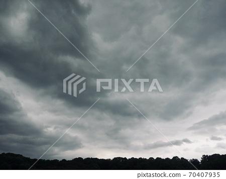 먹구름과 하늘 그리고 산  70407935