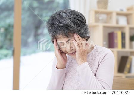 頭痛痛苦的高級女人 70410922