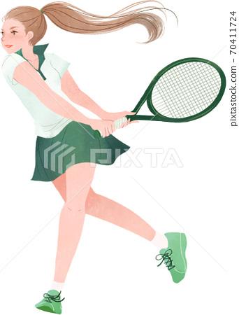 一個女人高高興興地打網球 70411724