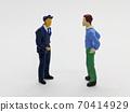 一個男人和一名警官交談第二部分 70414929