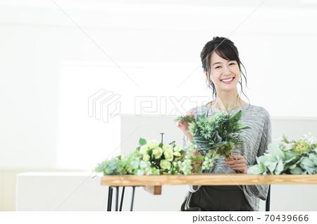 婦女的鮮花插花植物園藝生活方式 70439666