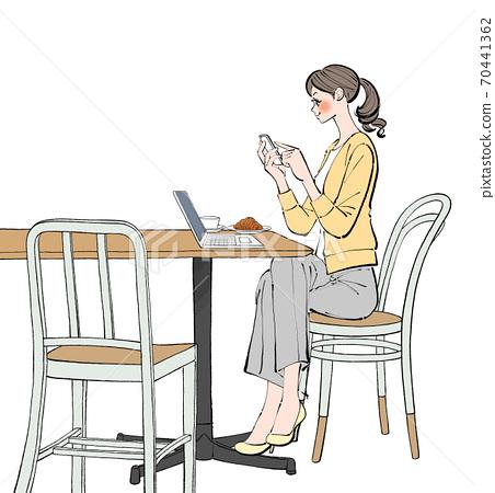 一個女人在一家咖啡館在筆記本電腦上遠程工作時檢查她的智能手機 70441362