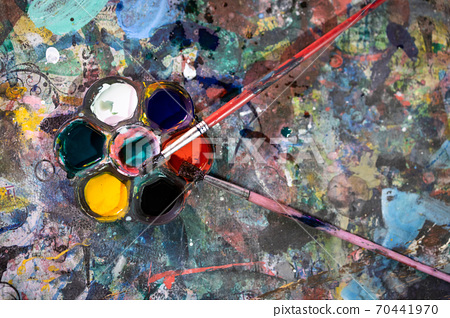 Top view, set of old art materials palette with watercolor, brushes and paint stains,color palette and paintbrushes for painting on the table that gets the paint stain,activity,art learning concept 70441970
