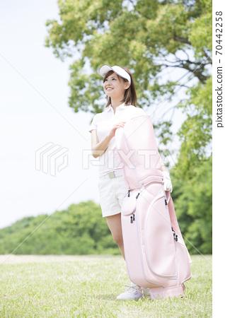 골프 가방을 가진 여자 70442258
