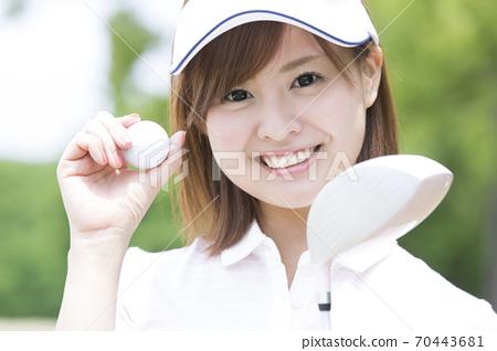 골프 공을 가진 여자 70443681