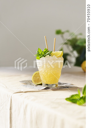 Fresh sweet cocktail with lemon, mint and crused ice 70450910