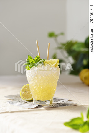 Fresh sweet cocktail with lemon, mint and crused ice 70450911