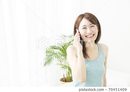 一個女人和智能手機聊天 70451409