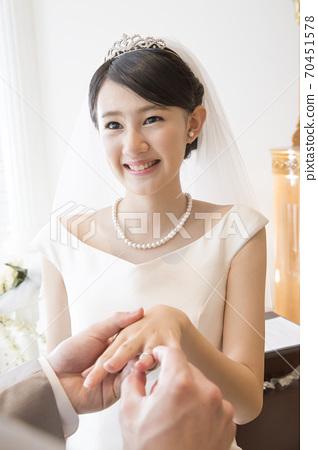 반지의 교환을하는 신랑 신부 70451578