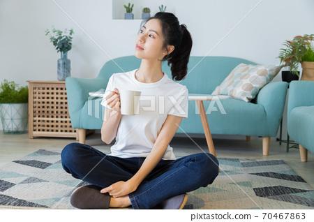 美麗的女人在家裡享受咖啡 70467863
