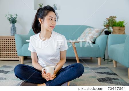 美麗的女人在家裡享受咖啡 70467864