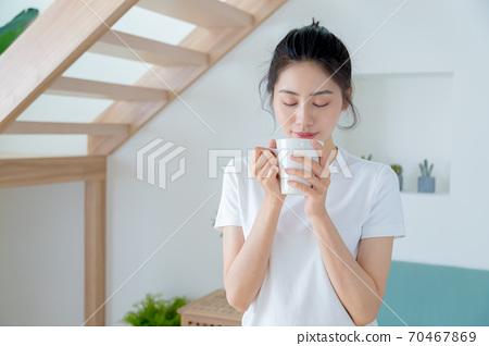 美麗的女人在家裡享受咖啡 70467869
