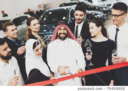 The team opens together a showroom with rich Arab. 70489808