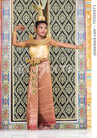 Dancers of the traditional Thai style 70500971