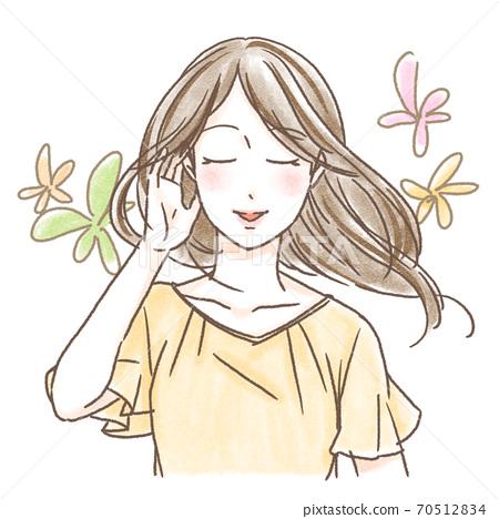 一個女人梳理她的頭髮 70512834
