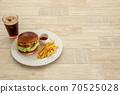 하얀 접시에 담아 진 햄버거와 콜라 (당겨 右あき) 70525028